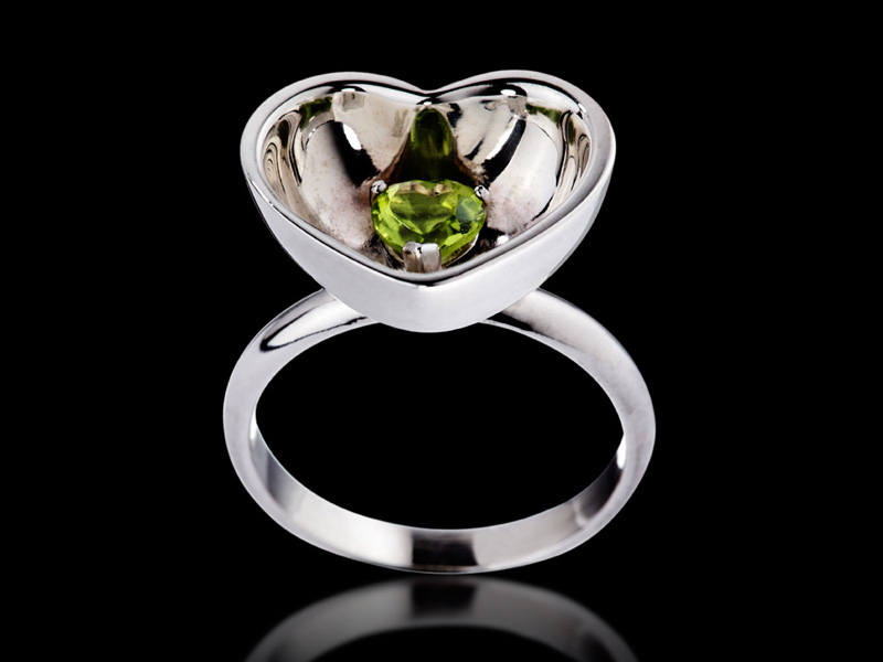 Ring 18K Gold with color stone inside, here in peridot.